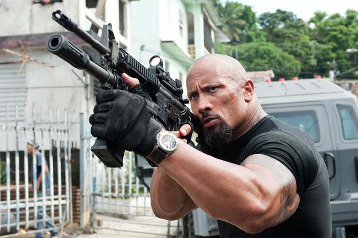Imagen de Dwayne Johnson, the Rock, usando guantes tácticos Blackhawk