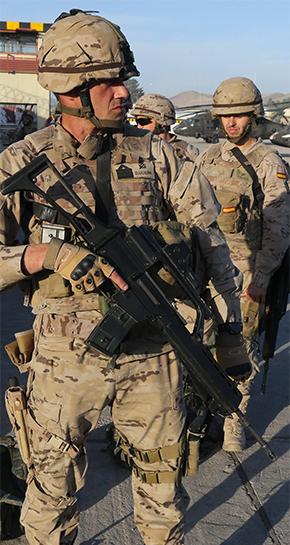 Militar español equipado con equipo táctico