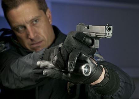 Los guantes anticorte son fundamentales para cualquier policía