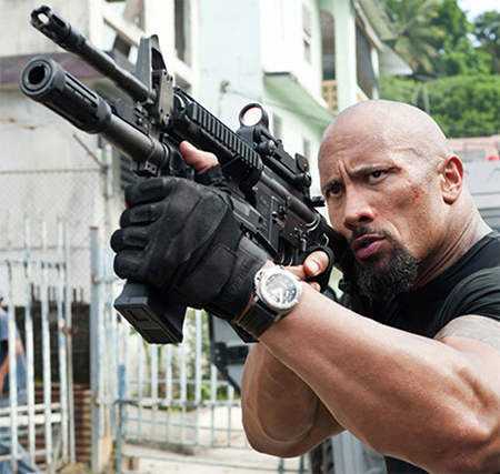 The Rock llevando guantes Blackhawk