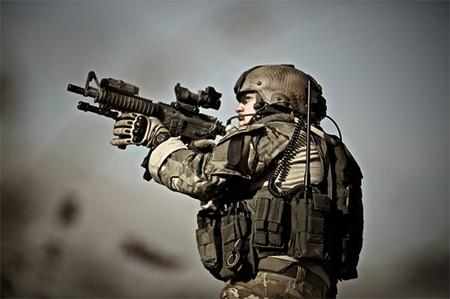 Un soldado de EEUU portando guantes Oakley