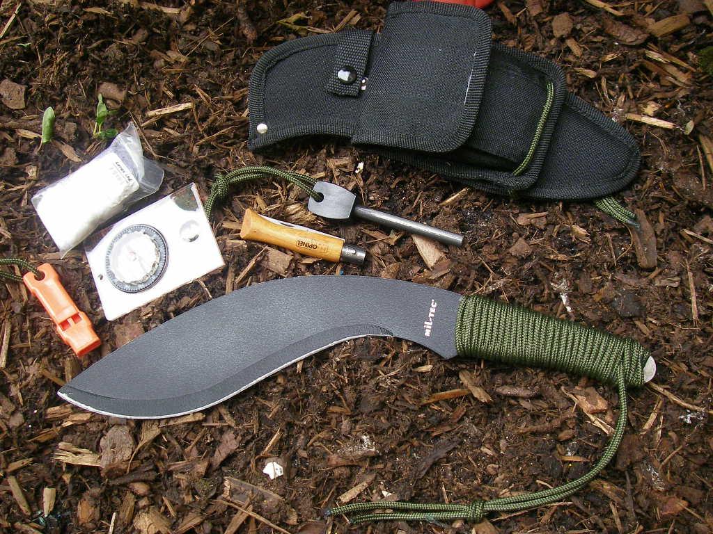 Imagen de un kit de supervivencia con cuchillo Kukri Mil-Tec: equipo militar, aventura y caza