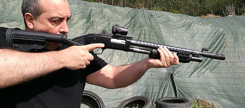 Punto rojo Nikko Stirling montado en escopeta