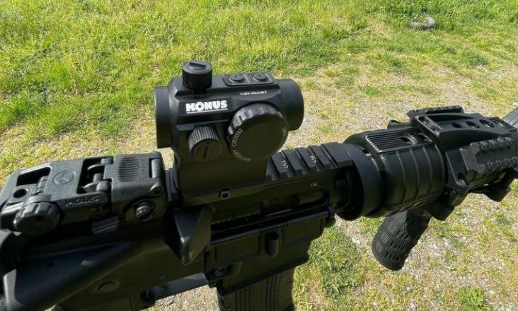 punto rojo konus montado sobre el arma